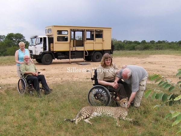 vehiculo_y_animales en Kenia con silla de ruedas