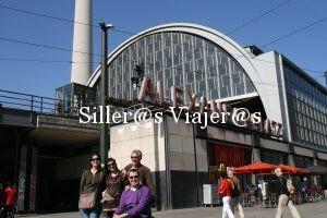 Vsita de nuestro grupo de amigos con la estación de tren Alexanderplatz de fondo