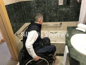 El baño tiene bañera con asiento giratorio