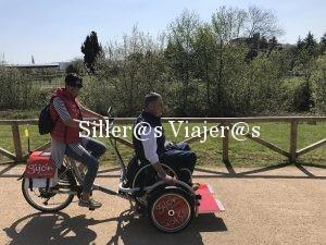 La silla de ruedas va sobre la plataforma de la bicicleta, que es eléctrica
