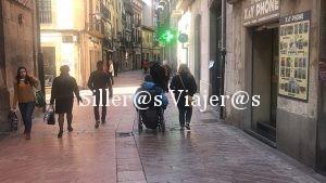 Grupo de 4 personas, una de ellas usuaria de silla de ruedas, paseando por Oviedo