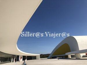 Vista de la plaza y estructura del edificio de usos múltiples en Centro Niemeyer.