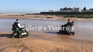 Estas sillas permiten moverse por la arena de la playa e introducirse en la orilla del mar.