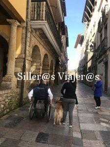 Paseo por judería de Avilés con silla de ruedas y perro guía.