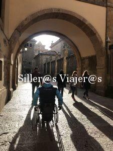 Paseo por judería de Oviedo con silla de ruedas.