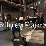 Kity, usuario de sillad e ruedas, bajo una presa de madera de grandes dimensiones