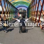 Puente con arcos de colores emulando un arco iris.