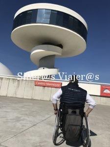 Kity observa la Torre Niemeyer