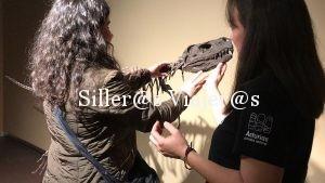 Zuriñe tocando una reproduccion de dinosaurio