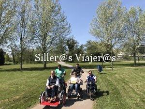 Grupo de personas con discapacidad pasean con diferentes bicicletas adaptadas por senderos accesibles de Gijón