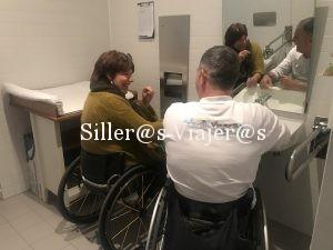 De risas y confidencias en el lavabo