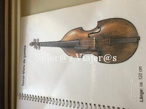 Catálogos táctiles con reproducciones de instrumentos musicales