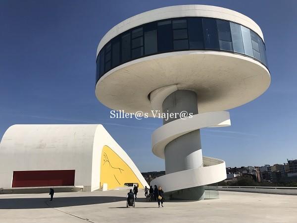 Centro Cultural Niemeyer, enormes estructuras integradas en el espacio.