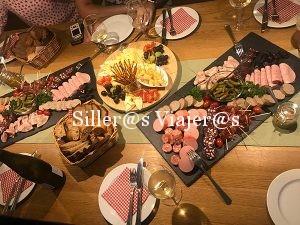 Mesa con productos embutidos y productos típicos de la zona de Alsacia.