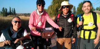 Grupo de 4 personas, 1 usuario de handbike, 1 con bicileta, una persona ciega y una persona con baja visión.