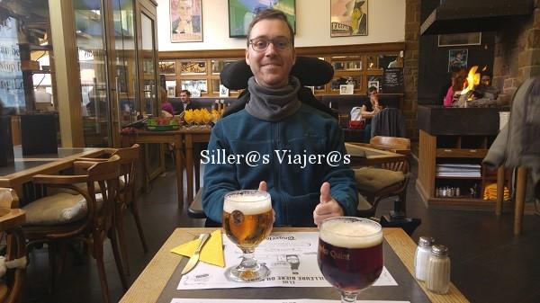 Disfrutando de una buena cerveza belga.