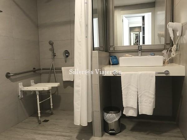 Ducha accesible en habitación adaptada aparthotel Alcudia Garden