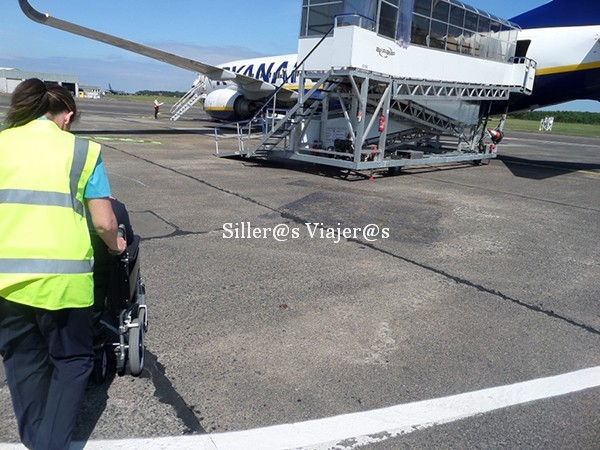 Acercándome al avión con silla de ruedas