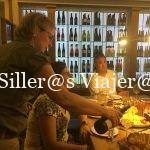 Kity y Nuria preparados para cenar en la vinacoteca