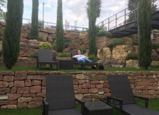 Nuria en una tumbona en el jardín de la vinoteca