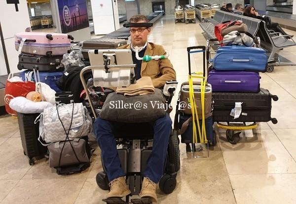 Carlos y parte de su equipaje