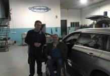 Usuario de silla de ruedas recibiendo su coche adaptado