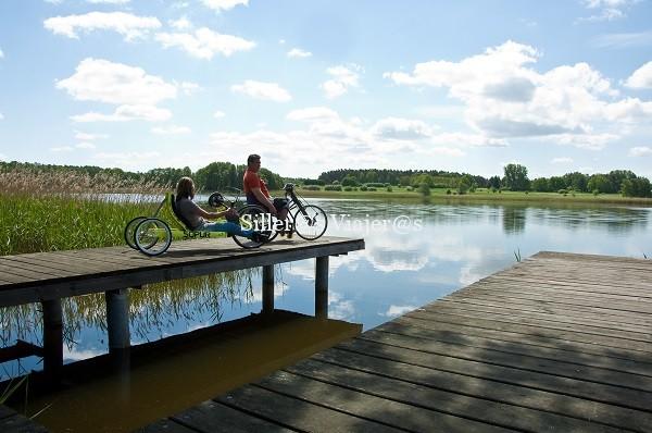 Pasarelas de madera en los lagos. Imagen de Ruppiner Seenland für Alle (c) TV Ruppiner Seenland