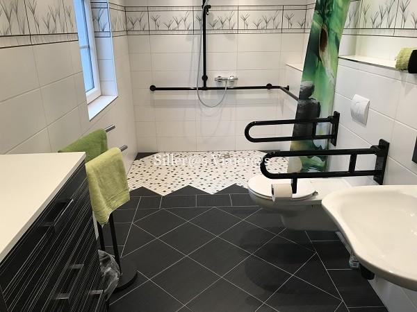 Baño adaptado de uno de los apartamentos
