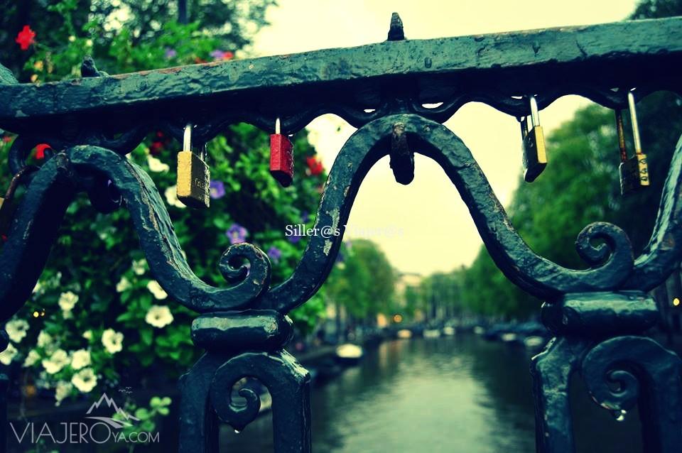 Uno de los puentes sobre los canales de Amsterdam