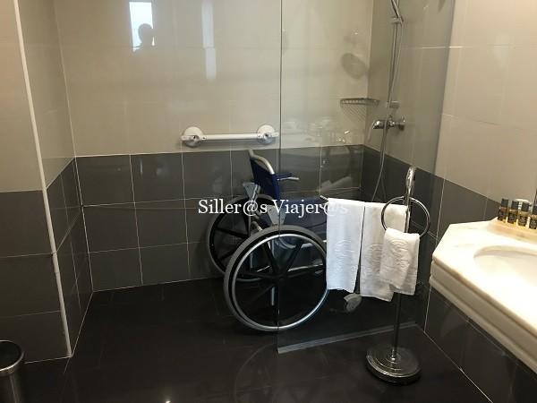 Ducha a cota cero con silla de ruedas de agua.