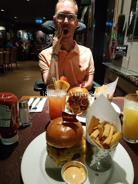 Disfrutando de una deliciosa hamburguesa en un local típico de la ciudad
