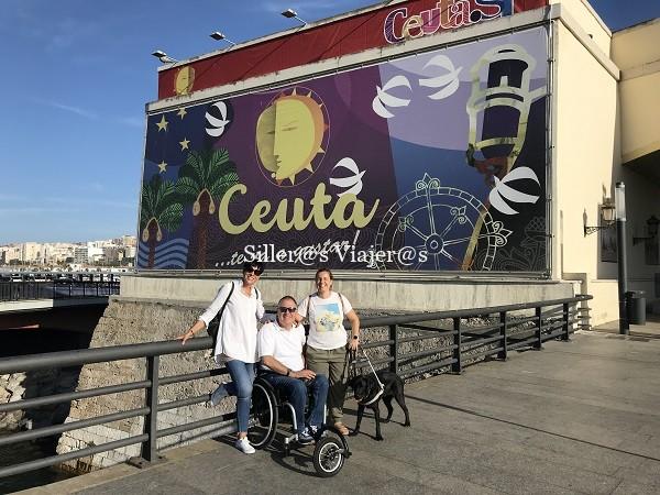 """Sobre el puente y de fondo la oficina de turismo de Ceuta con el eslogan """"Ceuta te va a gustar"""""""