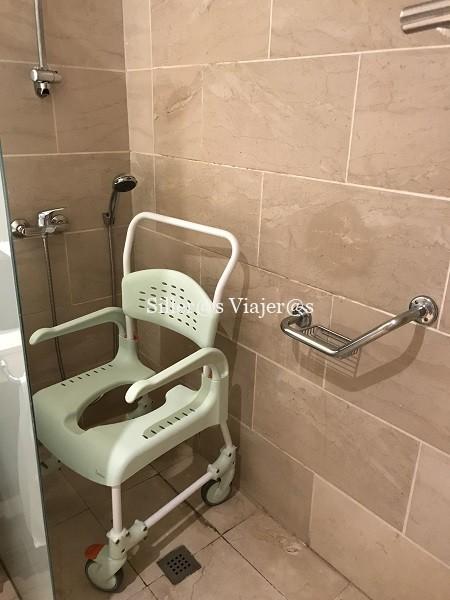 Ducha accesible de una de las habitaciones adaptadas del hotel