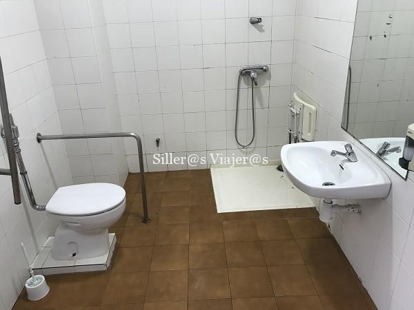 Uno de los baños adaptados del Parque Marítimo del Mediterráneo