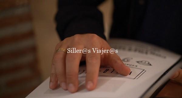 Persona ciega leyendo el catálogo de Villa Lucía en braille