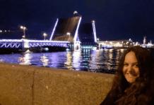 Vista nocturna de una apertura de puente levadizo
