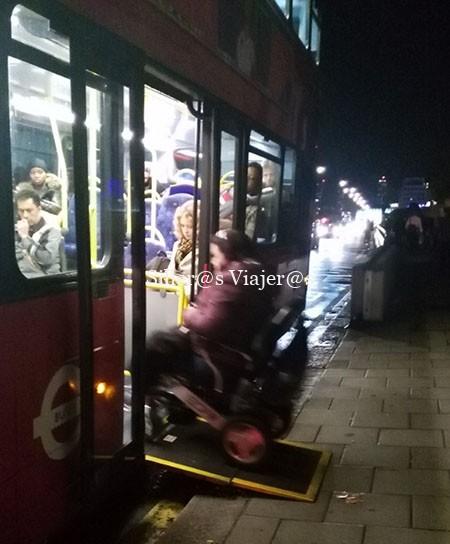 Acceso al autobús a través de rampa