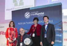 Kity recogiendo el premio de Turismo Responsable