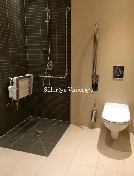 Baño adaptado de la habitación del hotel