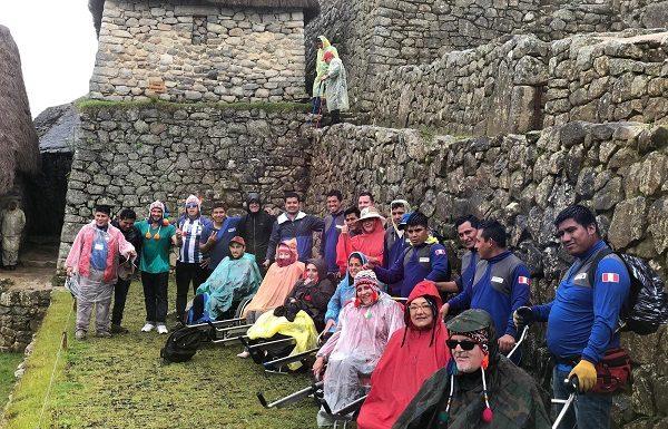 Grupo en silla de ruedas visitando Perú