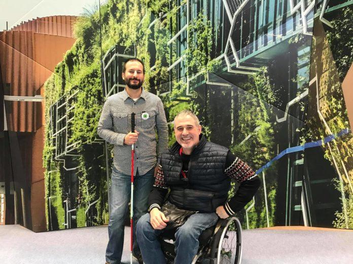 Diego con su bastón y Kity con su silla de ruedas