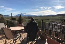 Terraza de la casa rural con vistas al Moncayo