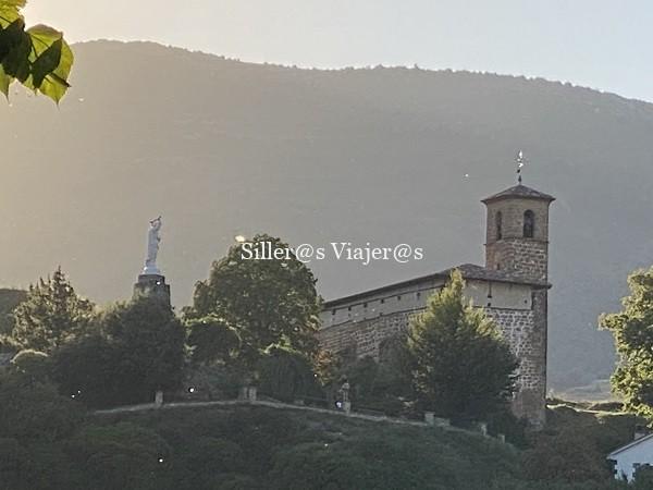Vista de una ermita al atardecer en Torrecilla