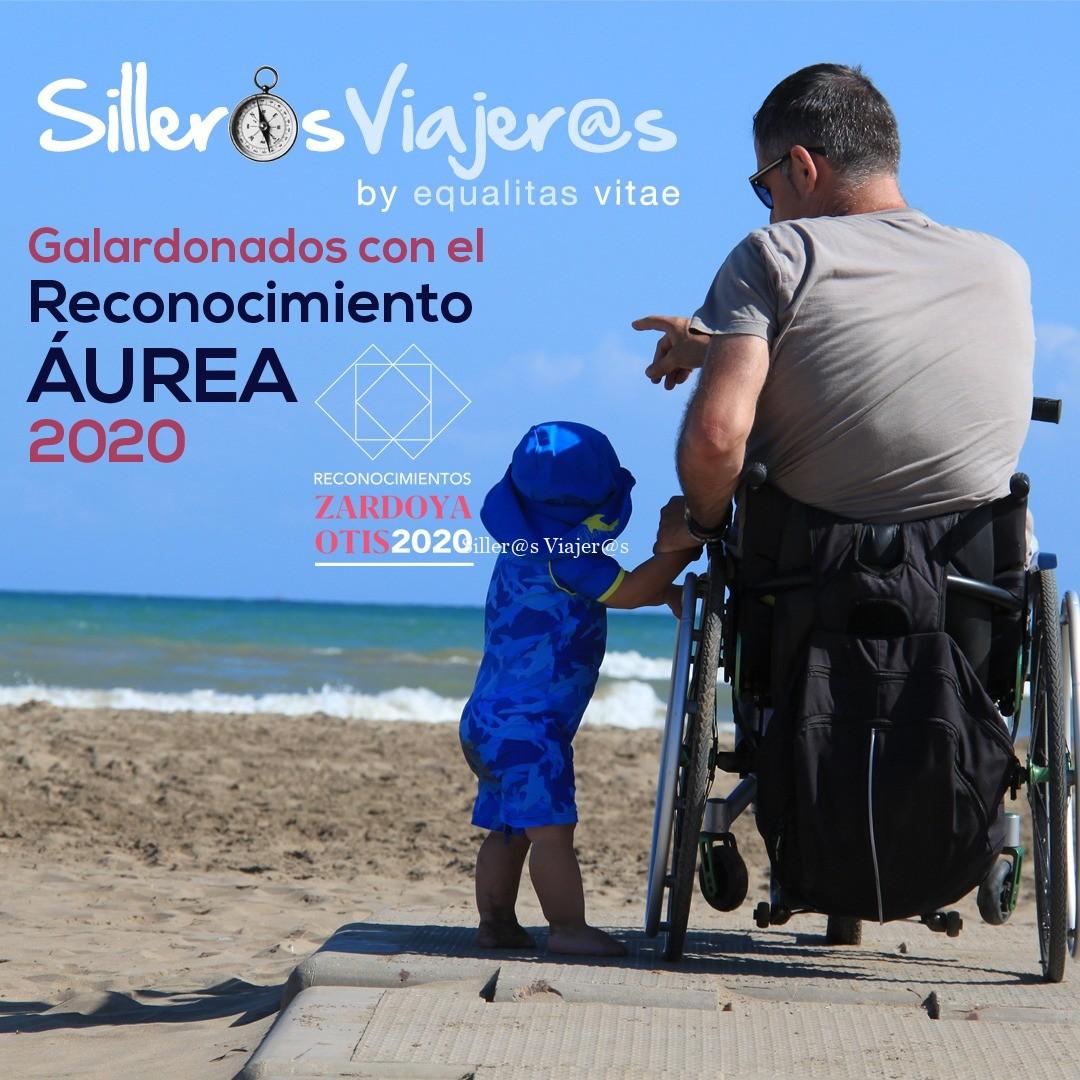 Imagen de portada de Silleros viajeros, Kity en una pasarela de la playa con su hijo de 1 año, enseñándole el mar. El texto indica el reconocimiento Aúrea para Silleros Viajeros