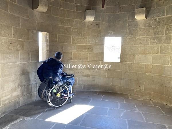 Palacio Real, interior torre con silla de ruedas