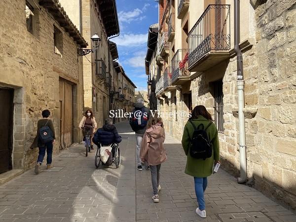 Calles empedradas con itinerario enlosado que ahce más cómodo el tránsito con silla de ruedas