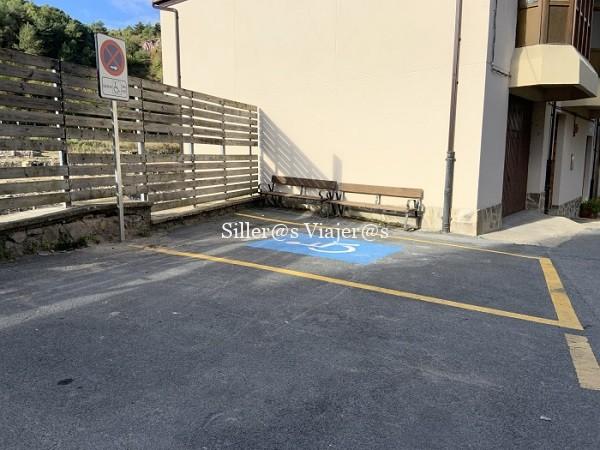 Plaza de aparcamiento reservada para PMR junto a la salida de la visita.
