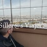 Álex observando París desde la torre.