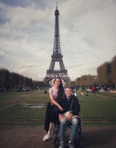 Álex y Montse con la torre Eiffel a sus espaldas.