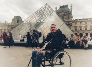 Álex en junto a la gran pirámide acristalada del exterior del museo.